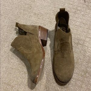 Never worn- Vince Camuto Booties sz 7.5
